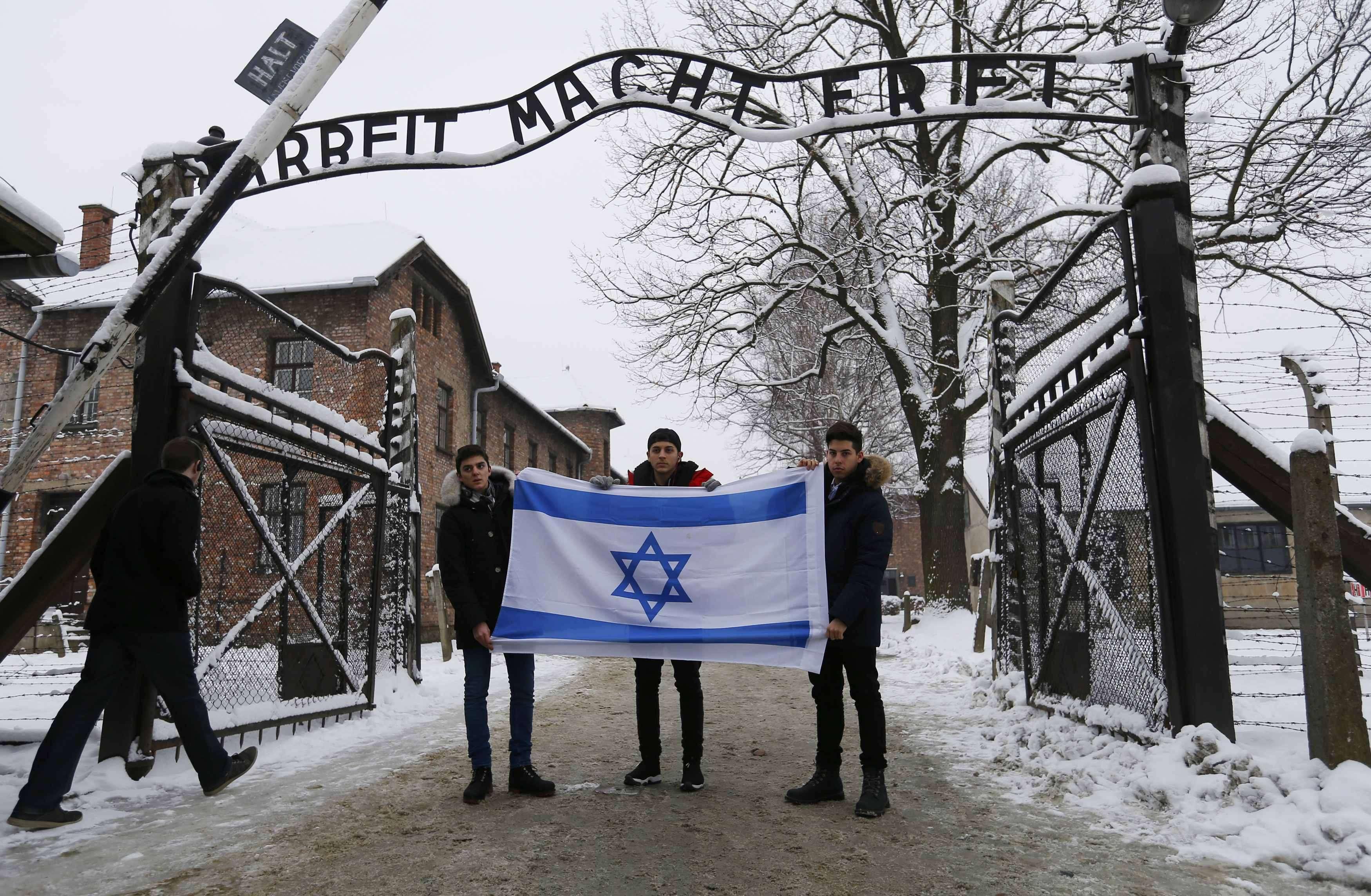 El superviviente de Auschwitz de 90 años Hy Abrams posa con la libreta que carga con él cada día: ella identifica los diferentes campos de concentración en que estuvo retenido en la IIGM. Brooklyn, Nueva York, 15 de enero de 2015. Foto: Reuters en español