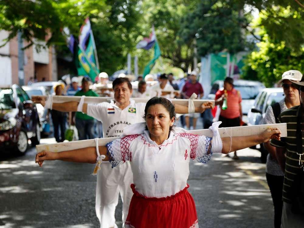 Rosa Cáceres, esposa de un extrabajador de Unicom, en una crucifixión simbólica para exigir beneficios de compensación por ser parte de la empresa contratista. Foto: AP en español