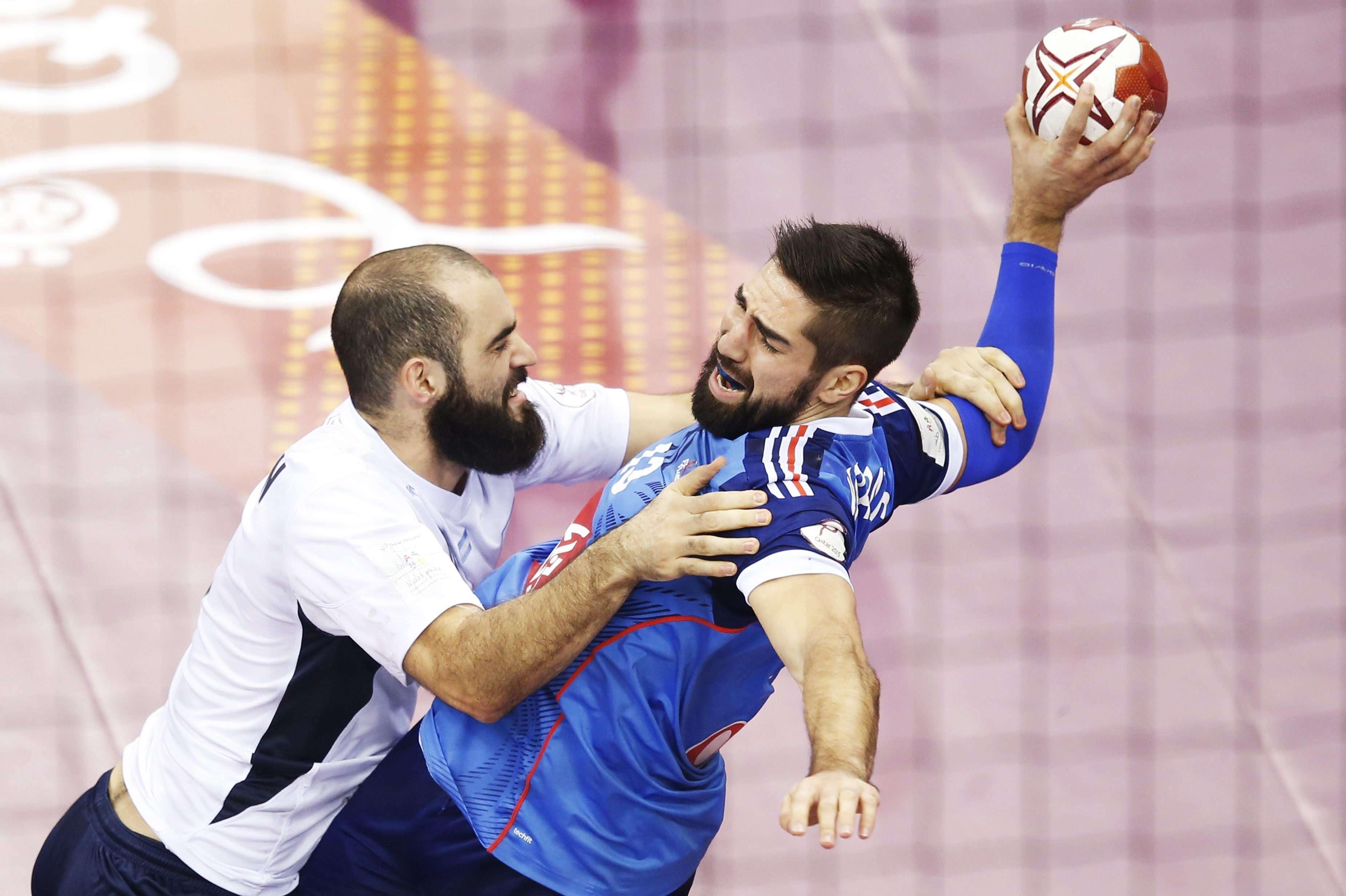 """Los """"Gladiadores"""" del handball argentino finalizaron en el 12° puesto del Mundial de Qatar tras caer con claridad ante el bicampeón olímpico, Francia. Carou fue el máximo artillero argentino, mientras que el arquero galo Thierry Omayer, fue un una muralla. Foto: EFE"""