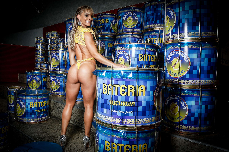 Indianara Carvalho estreia no Carnaval paulista com o menor tapa-sexo da avenida, banhado a ouro. Eleita Miss Bumbum em 2014, ela também é capa de janeiro da revista Sexy. Para manter a boa forma, a modelo come de 18 a 25 claras de ovo por dia e malha sete dias na semana Foto: Thiago Bernardes/Frame