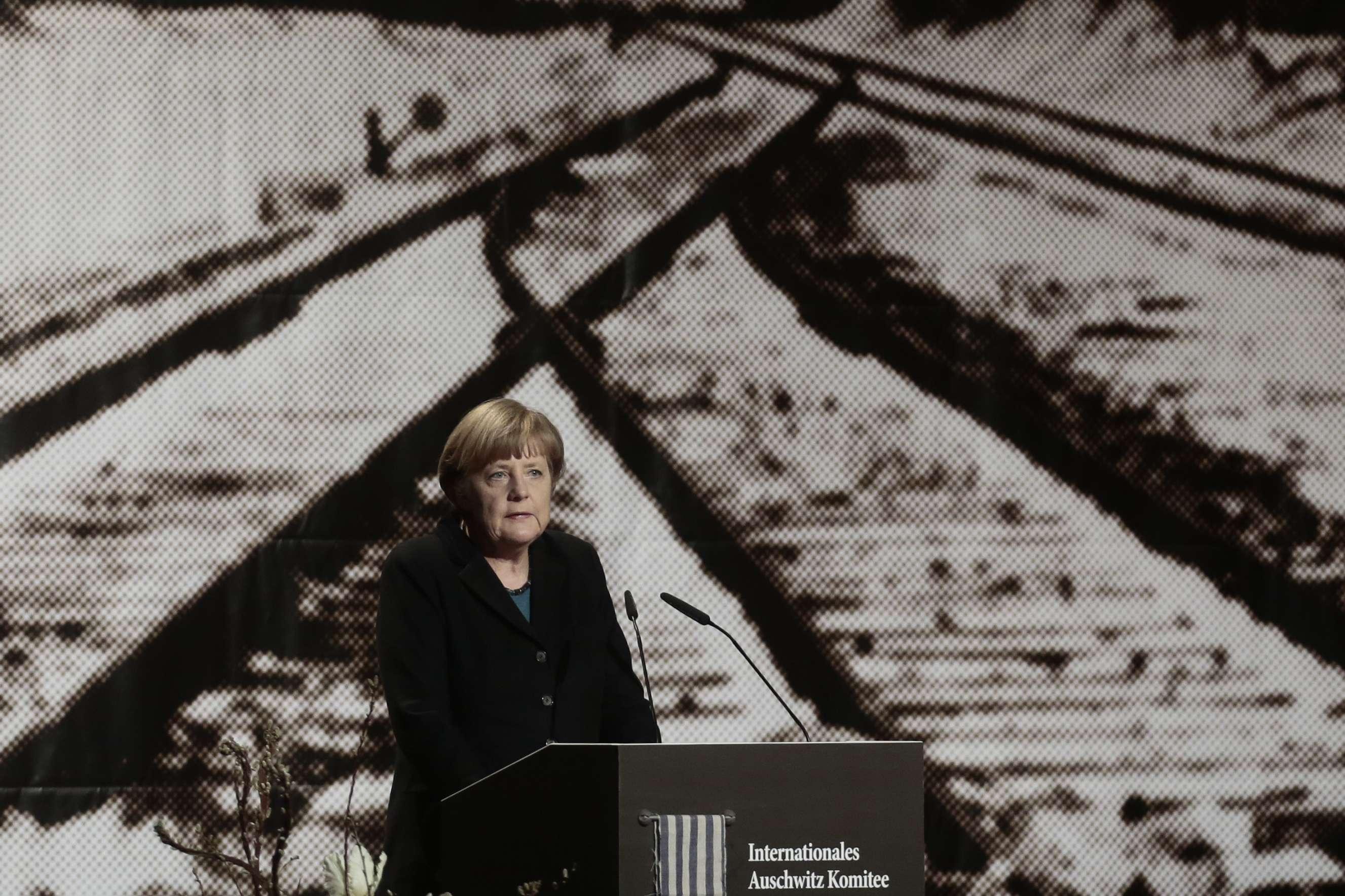 A chanceler alemã, Angela Merkel, discursa durante evento em comemoração ao 70º aniversário da libertação do campo de extermínio de Auschwitz, em Berlim, em 26 de janeiro Foto: Markus Schreiber/AP