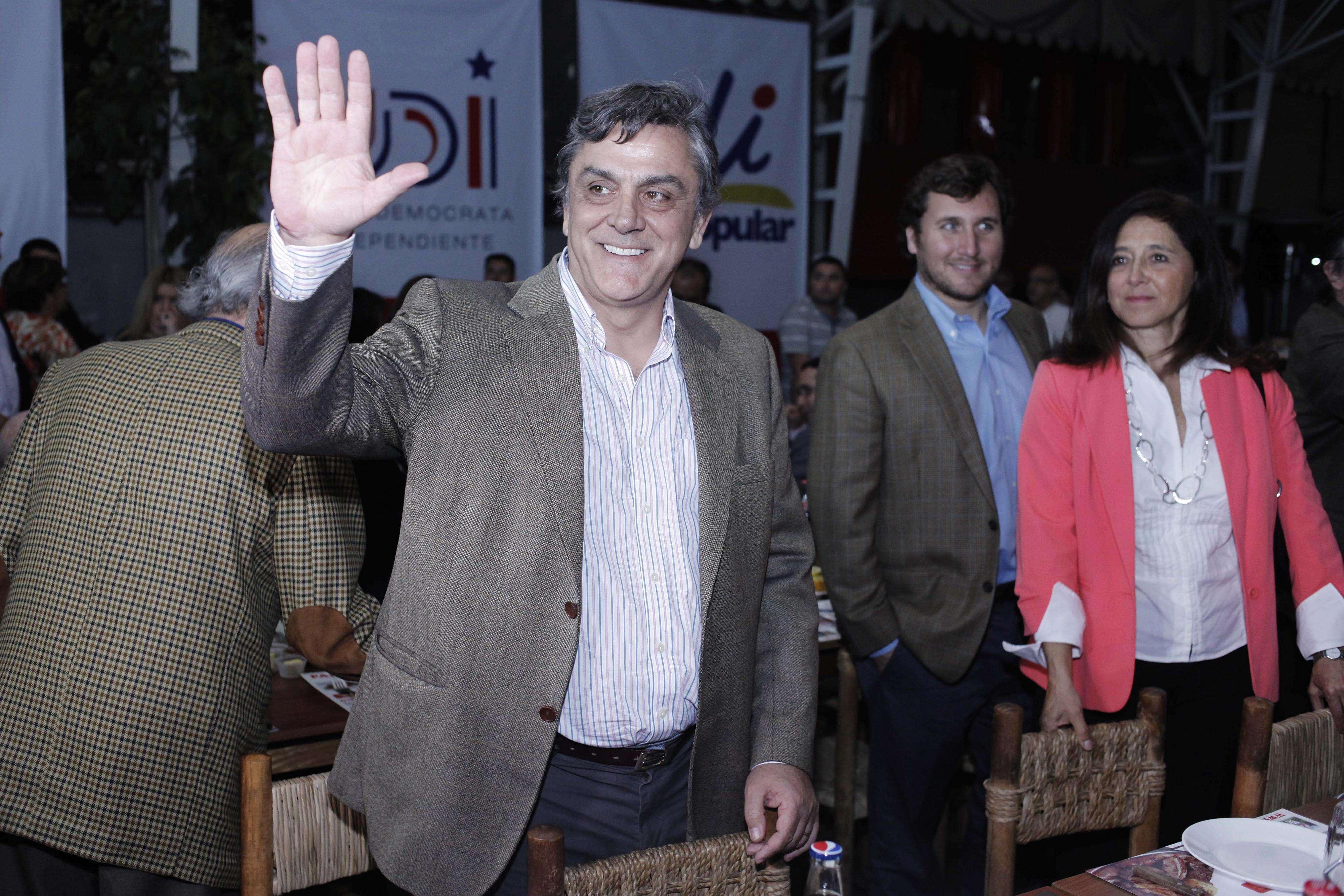 3 de Octubre de 2014/ SANTIAGO El ex ministro Pablo Longueira saluda al llegar a la cena de celebración de los 31 años de formación del partido Unión Demócrata Independiente (UDI), que se realiza en el Restaurante Las Parrilladas Argentinas. Foto: Agencia UNO