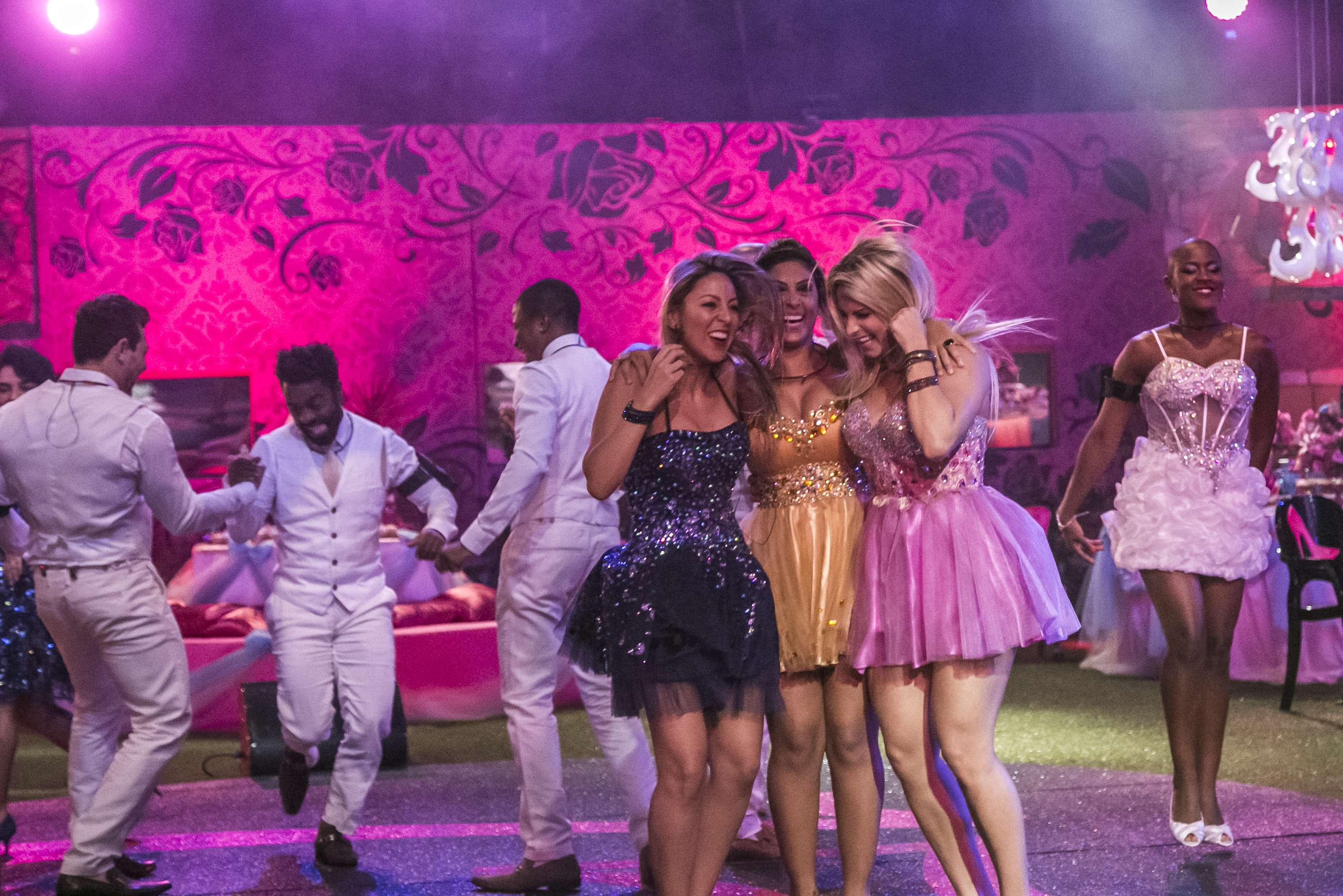 Brothers e sisters do BBB15 se divertiram na festa com tema debutante na madrugada de domingo (25). Foto: Paulo Belote/TV Globo/Divulgação