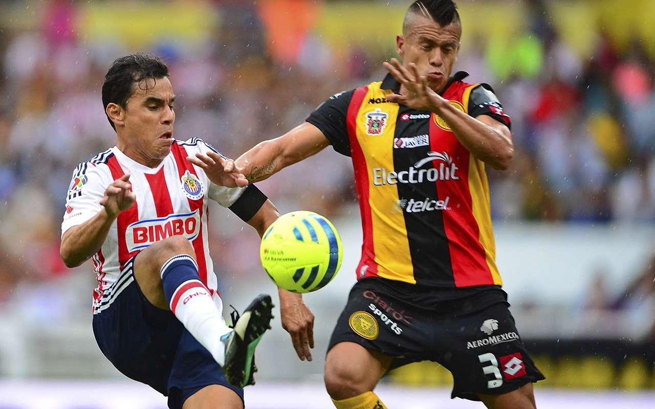 Omar Bravo rescató el empate para Chivas ante Leones Negros. Foto: Mexsport