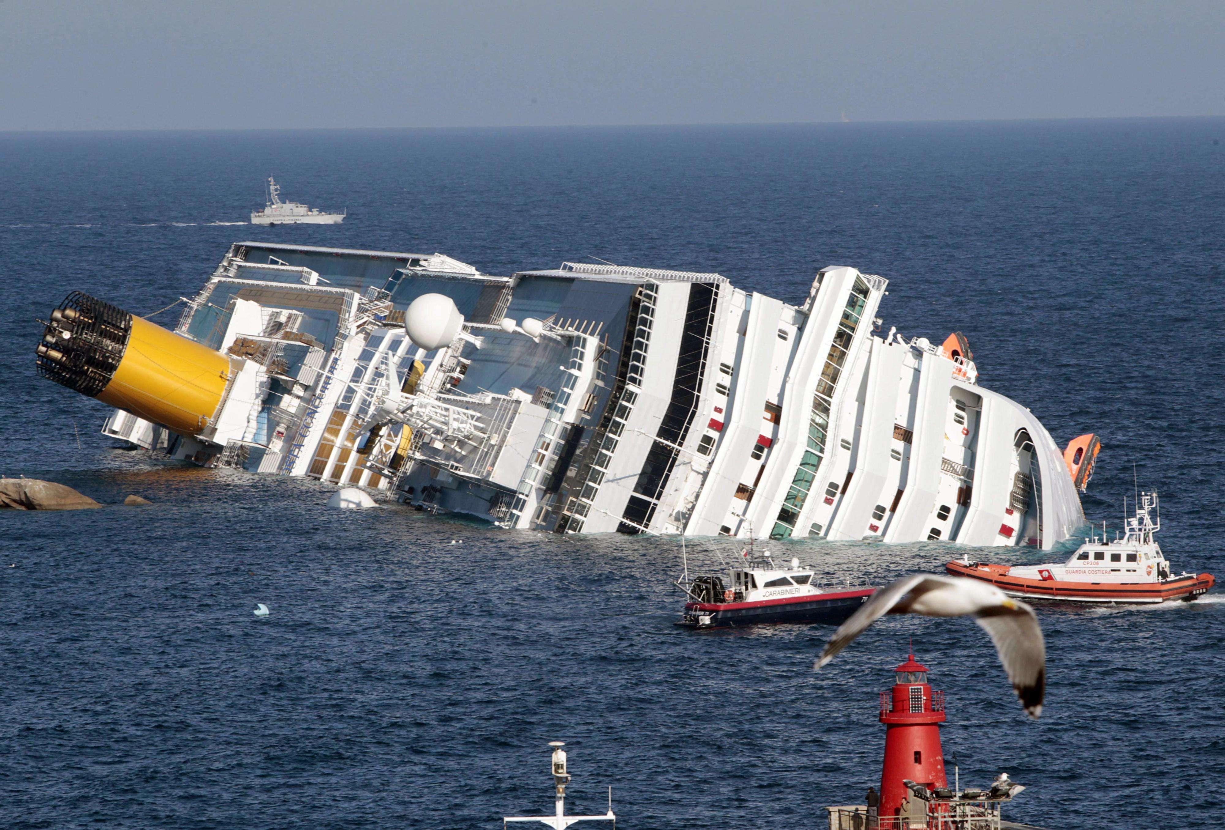 En esta foto de archivo del 24 de enero de 2012, el buque crucero de lujo Costa Concordia yace de costado luego de encallar en la isla toscana de Giglio, Italia. Foto: AP en español