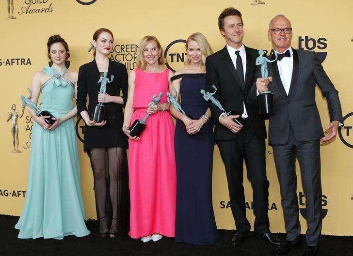 """Elenco de """"Birdman"""" posa com prêmio SAG em Los Angeles. 25/01/2015 Foto: Mike Blake/Reuters"""