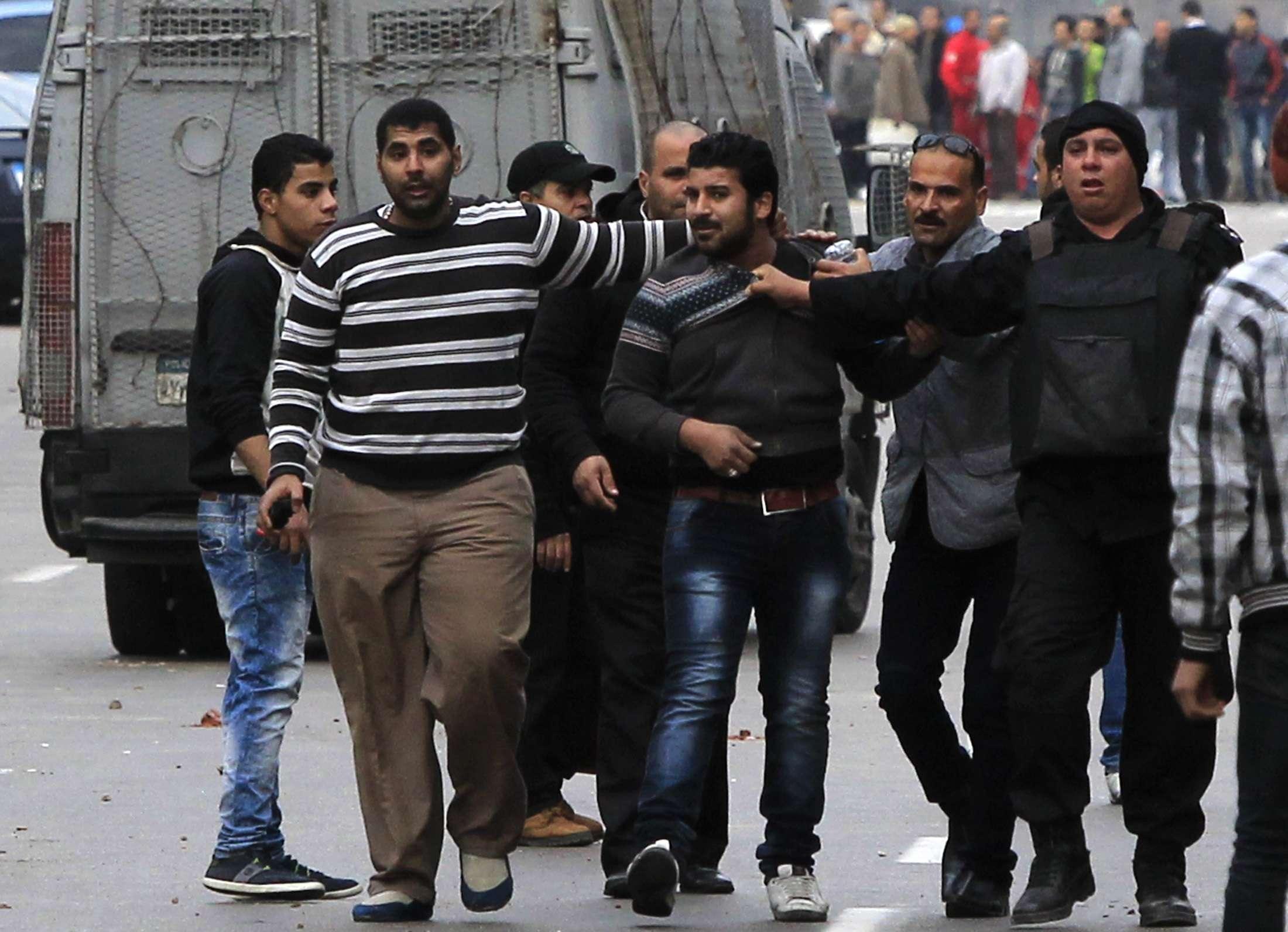 Homem é levado pela polícia durante manifestação realizada no Cairo, em 25 de janeiro Foto: Mohamed Abd El Ghany/Reuters