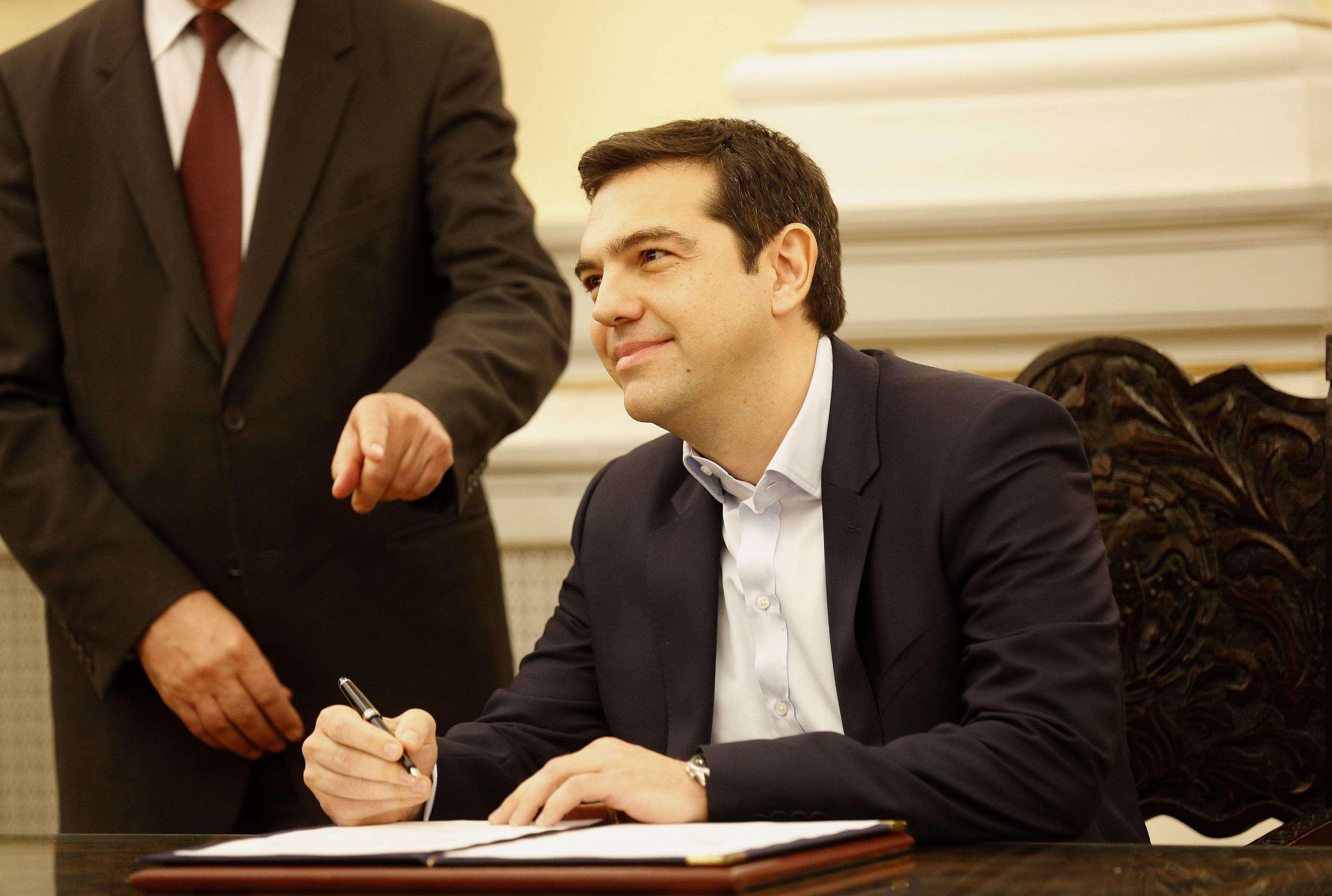 Alexis Tsipras, líder do partido Syriza e vencedor das eleições legislativas gregas, assina os papéis nomeando-o como o primeiro-ministro de esquerda da Grécia depois de sua cerimônia de posse no palácio presidencial em Atenas, em 26 de janeiro Foto: Yannis Behrakis/Reuters