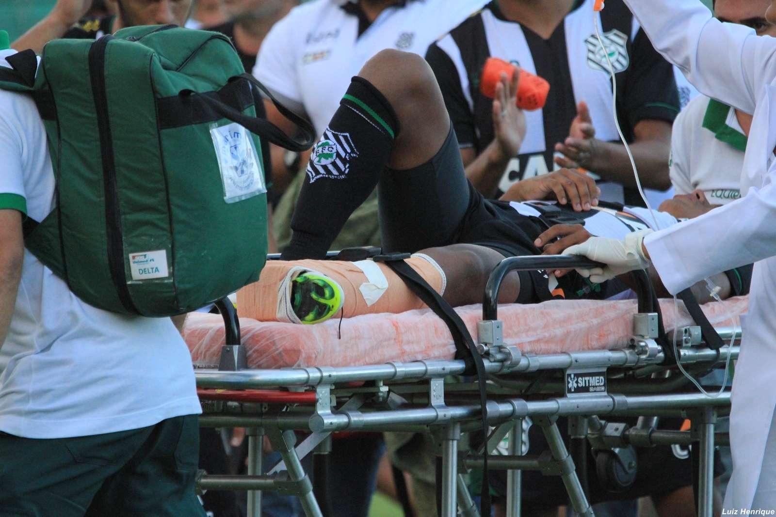 Juninho deixa campo de maca; tempo de recuperação ainda é incerto Foto: Luiz Henrique/Figueirense FC/Divulgação