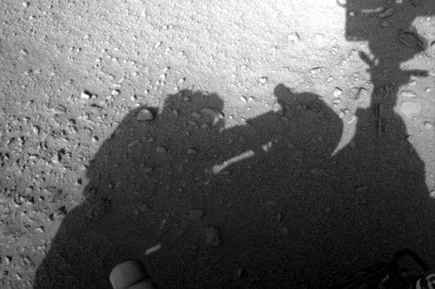 """Segundo a teoria da conspiração, a sombra de um ser mexendo no robô pode ser vista """"claramente"""" na imagem Foto: The Mirror/Reprodução"""