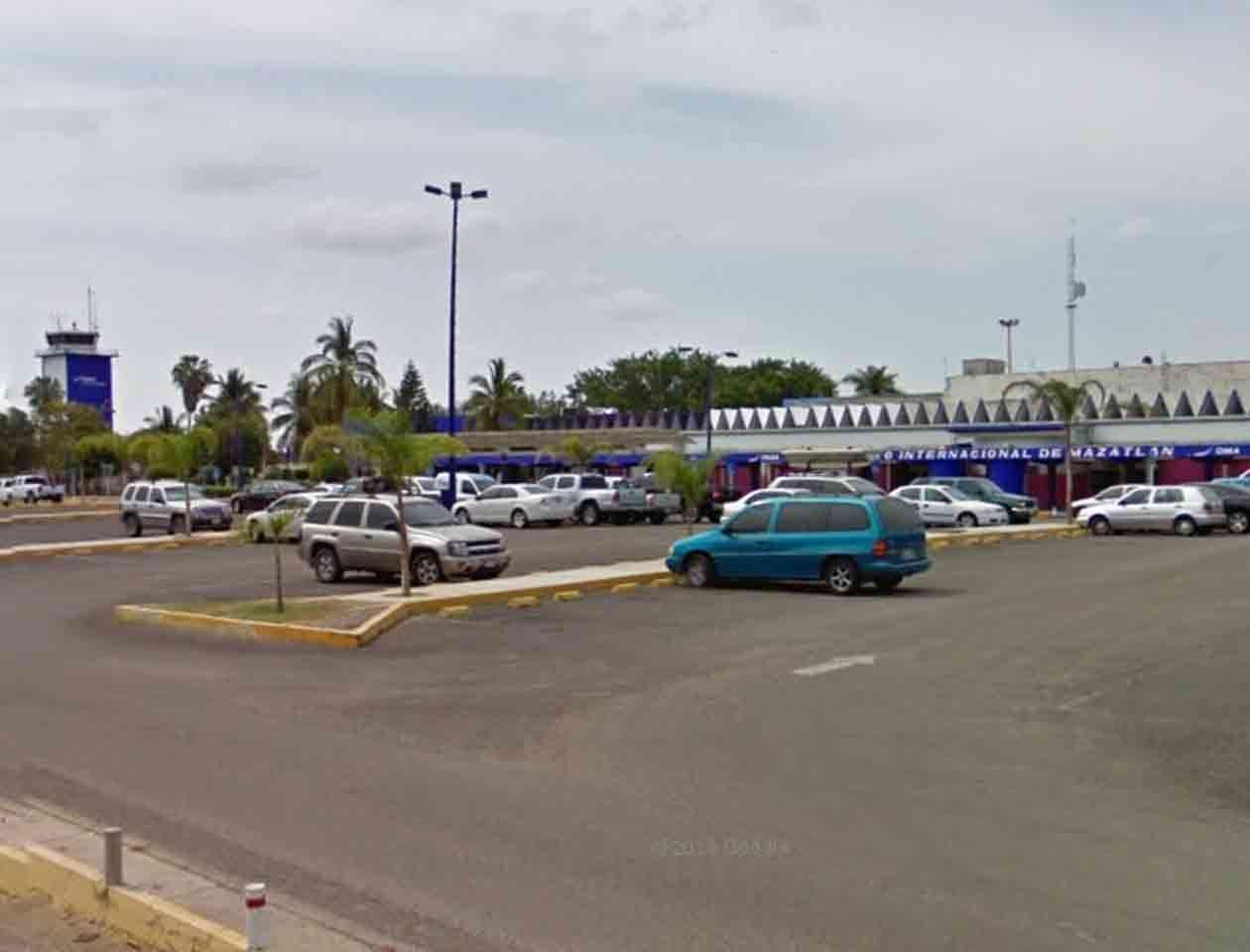 Los pasajeros fueron transbordados a otra aeronave para continuar su viaje. En la imagen: aeropuerto internacional de Mazatlán Foto: Imagen tomada de Google Maps