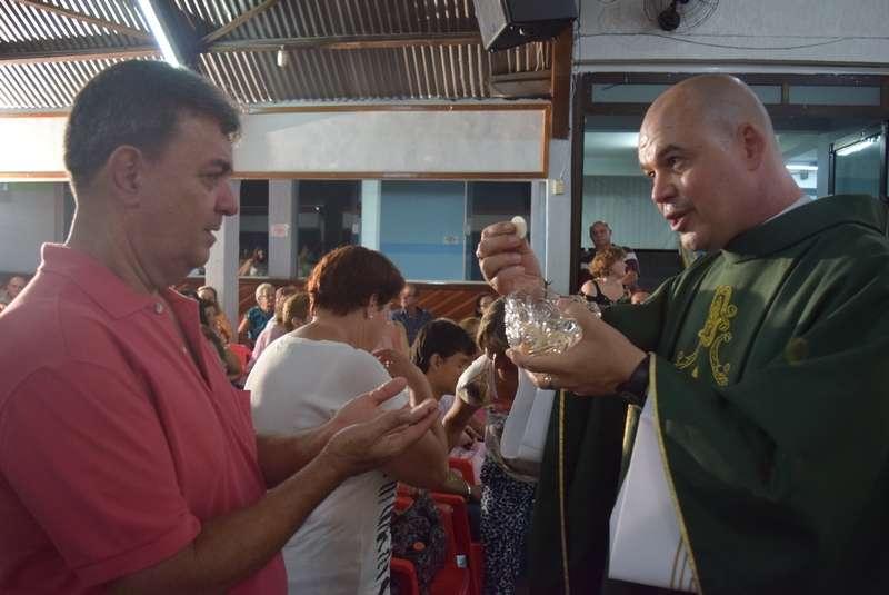 Roberto Francisco Daniel, o padre Beto, que foi excomungado pela Igreja Católica em 2013, reuniu cerca de 500 pessoas em primeira missa alternativa em Bauru, no interior de São Paulo Foto: Talita Zaparolli /Especial para o Terra