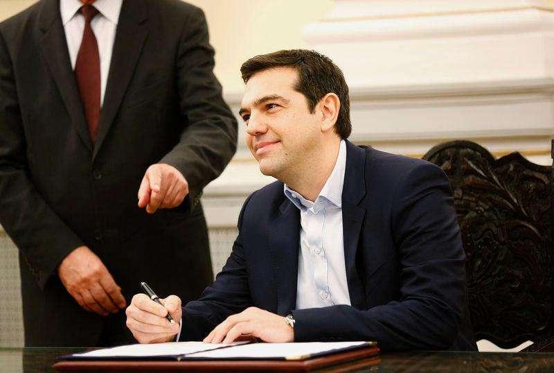 Alexis Tsipras, líder do partido Syriza, assina documento que o nomeia premiê da Grécia, em Atenas, nesta segunda-feira. 26/01/2015 Foto: Yannis Behrakis/Reuters