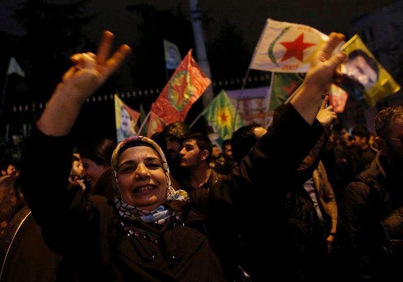 Manifestantes pró-curdos comemoram após forças curdas retomarem controle da cidade de Kobani. 26/01/2015. Foto: Murad Sezer/Reuters