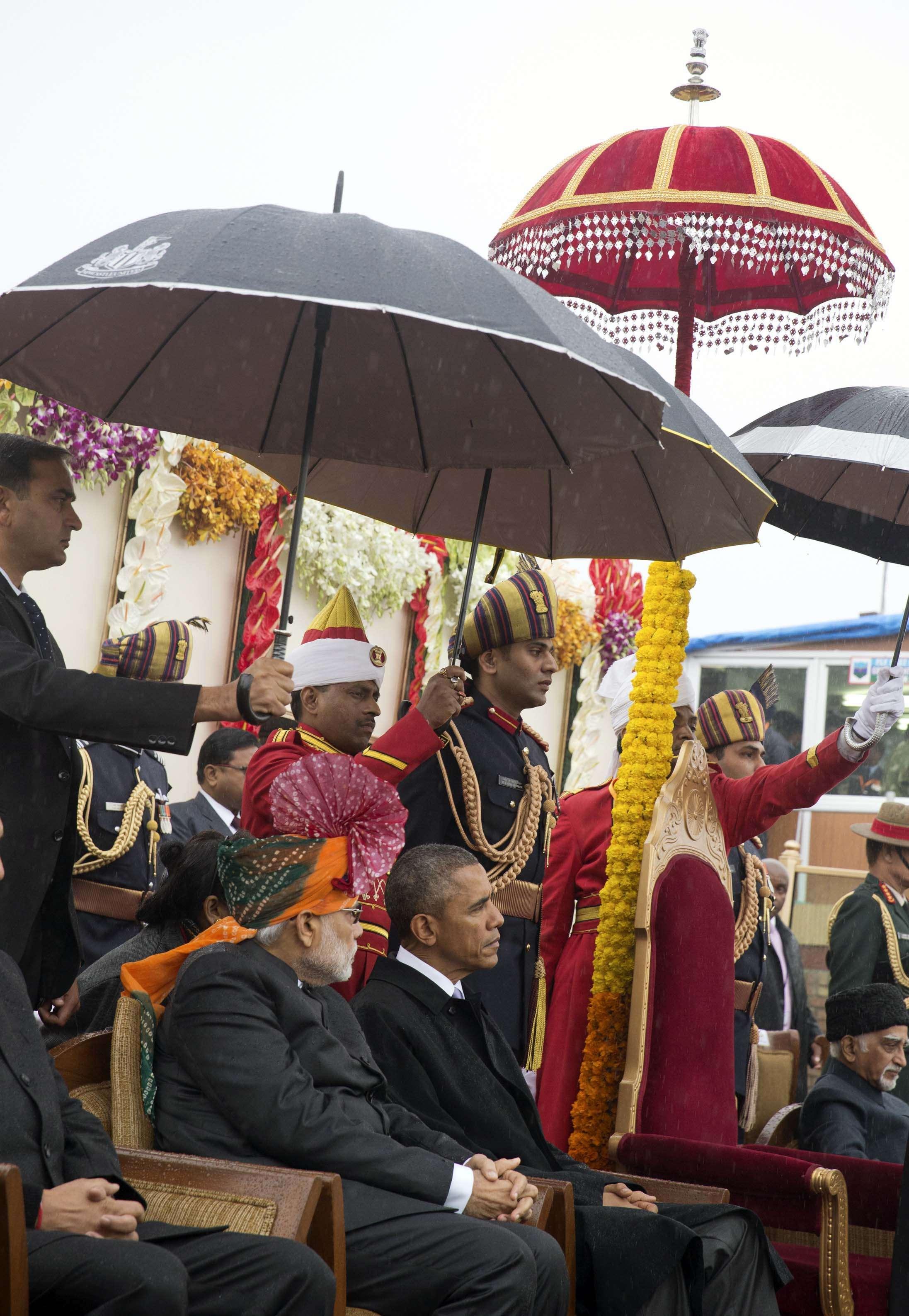 El presidente de Estados Unidos, Barack Obama (derecha), sentado junto al primer ministro indio, Narendra Modi (izquierda), en un momento del desfile del Día de la República de India en Nueva Deli, el 26 de enero de 2015. Foto: AP en español