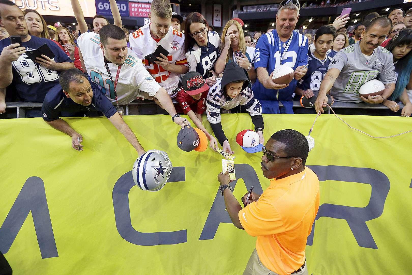 Con una serie de reglas nuevas que intentaron darle mayor emoción al encuentro, el equipo Michael Irvin se adjudicó el Pro Bowl o el Tazón de los Profesionales de la NFL, al imponerse por 32-28, con voltereta incluida, al equipo Cris Carter. Foto: AP