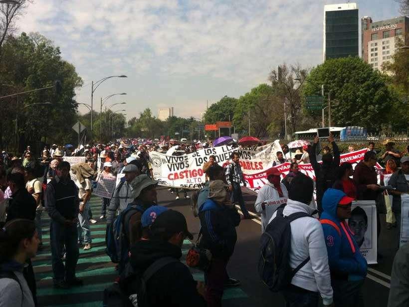 Paseo de la Reforma, del Poniente hacia el Centro, tiene cortes viales conforme avanza la marcha hacia el Zócalo. Foto: Twitter/@manuel_alamilla