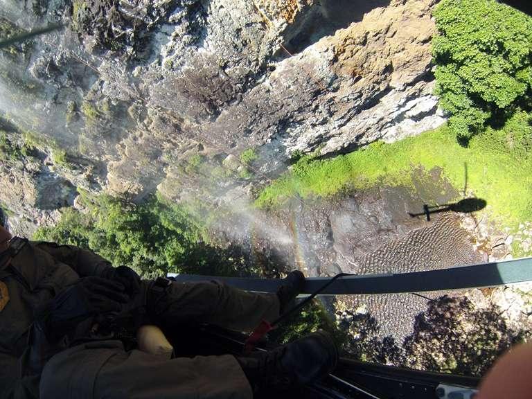 A polícia e os bombeiros tentam chegar ao local onde estão os corpos dos alpinistas mortos neste sábado Foto: Brigada Militar/Divulgação
