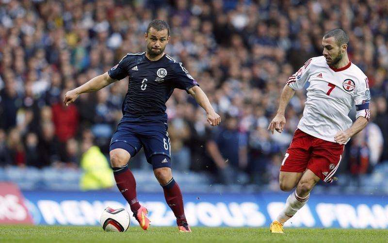 Scotland's Shaun Maloney is challenged by Georgia's Jaba Kankava (R) during their Euro 2016 qualification soccer match at the Ibrox Stadium in Glasgow, Scotland October 11, 2014. Foto: Russell Cheyne/Reuters