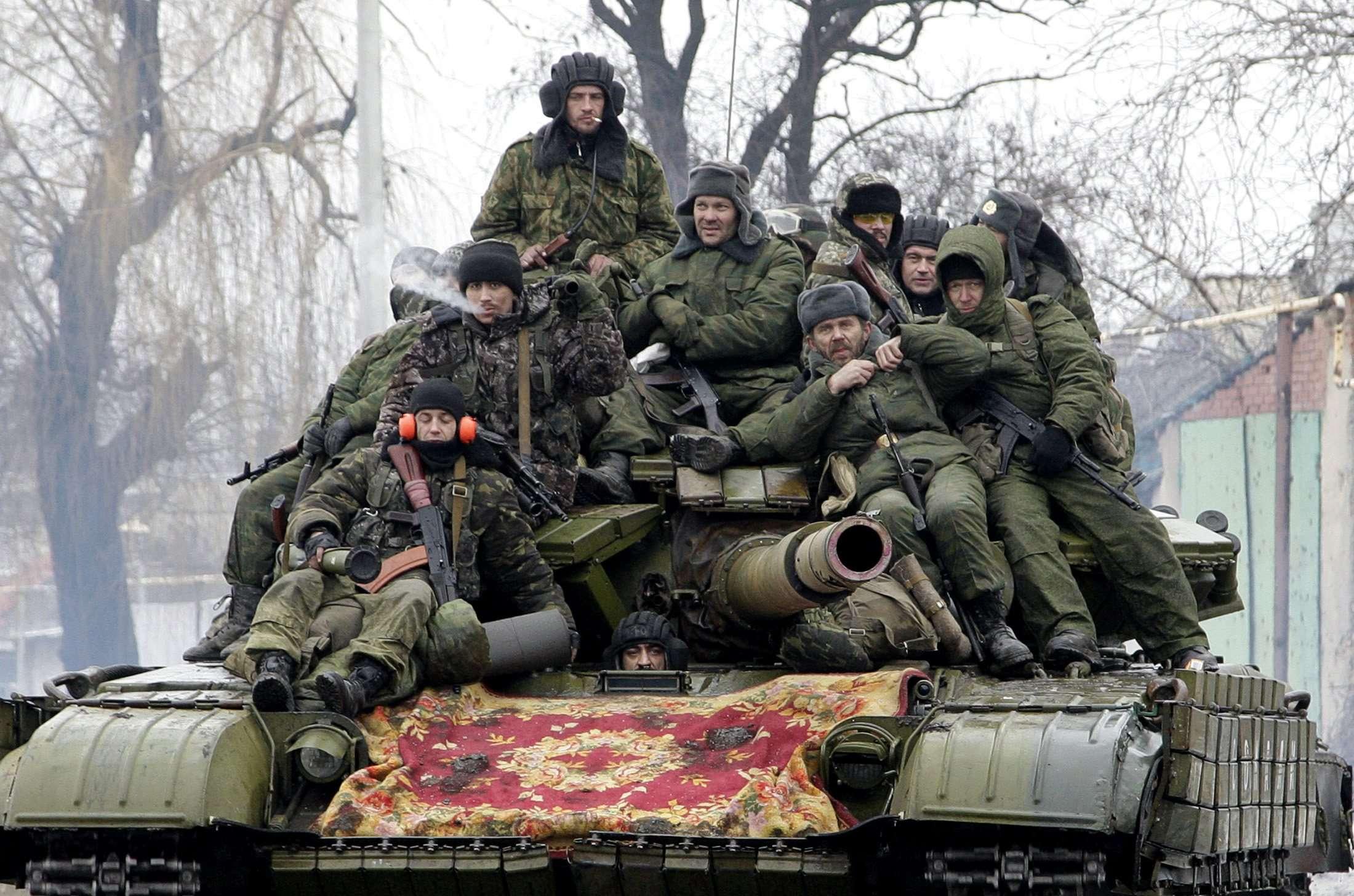 Separatistas dirigem um tanque nos arredores de Donetsk, em 22 de janeiro Foto: Alexander Ermochenko/Reuters