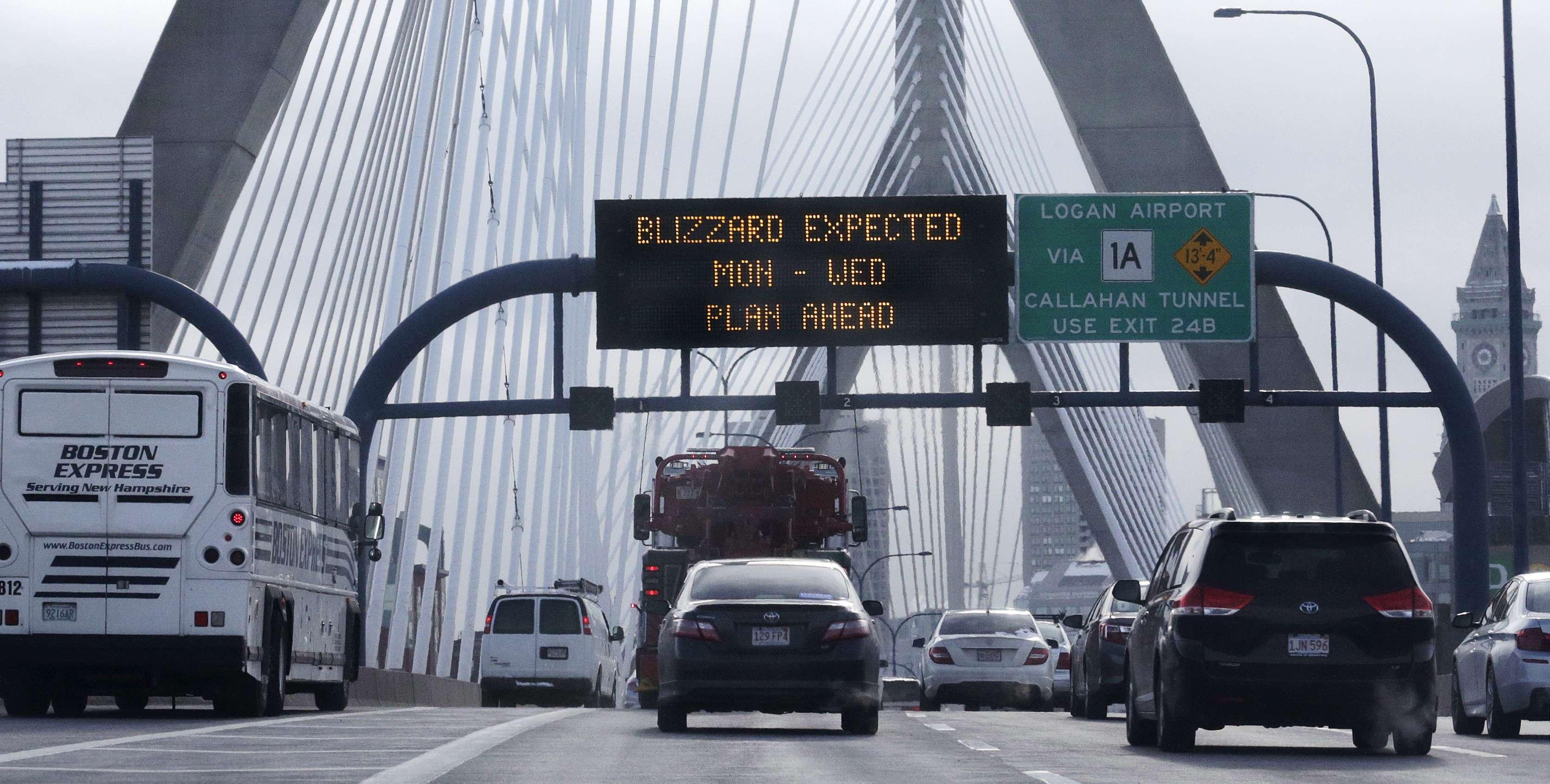 Con una advertencia de tormenta de nieve, automovilistas viajan a través del Zakim Bunker Hill Bridge en el centro de Boston, este lunes 26 de enero del 2015. Foto: AP en español