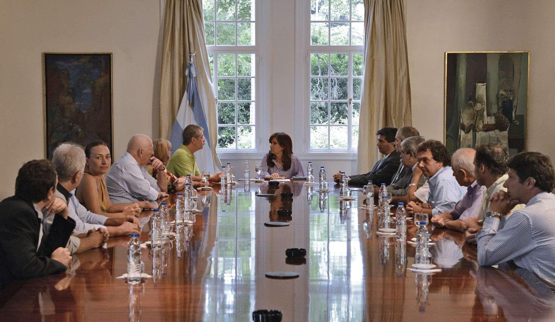 La presidenta Cristina Kirchner recibió esta tarde en la Residencia de Olivos a directivos y miembros de la Asociación 18J Familiares, Sobrevivientes y Amigos de las Víctimas del Atentado a la AMIA. Los integrantes de la organización estuvieron encabezadas por su titular, Sergio Burstein. Foto: NA/Presidencia
