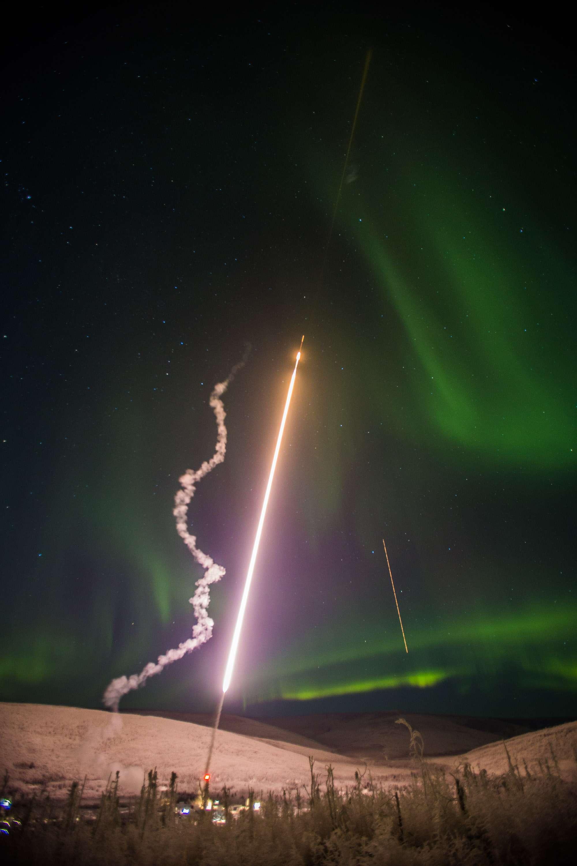 Esta imagen proporcionada por la Universidad de Alaska Fairbanks muestra uno de los cuatro cohetes sonda de la NASA lanzados el 26 de enero de 2015 Foto: AP en español