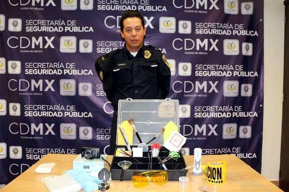 El maletín contiene una cámara fotográfica, cubrebocas, lentes, guantes de látex, brochas y tijeras. Foto: Reforma