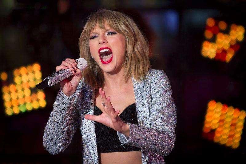 A cantora Taylor Swift se apresenta na noite de Ano-Novo na Times Square, em Nova York, Estados Unidos. 31/12/2014 Foto: Carlo Allegri/Reuters