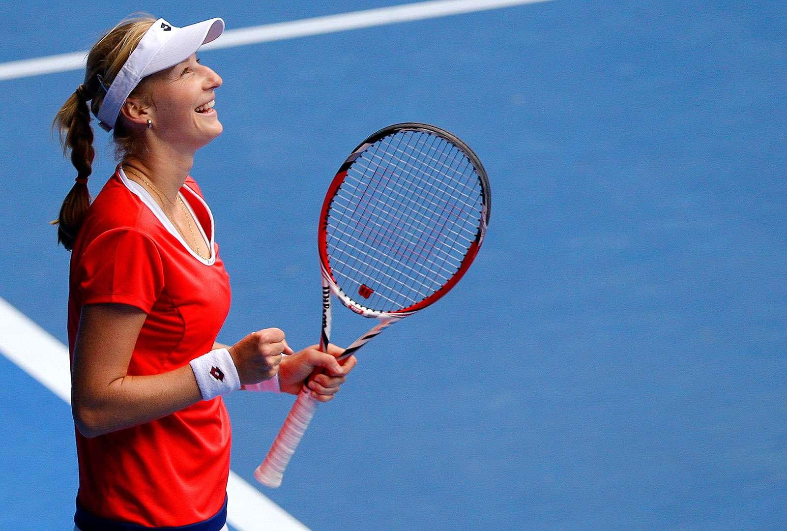 La rusa Ekaterina Makarova celebra luego de imponerse a la rumana Simona Halep en los cuartos de final del Abierto de Australia, el martes 27 de enero de 2015 Foto: Lee Jin-man/AP