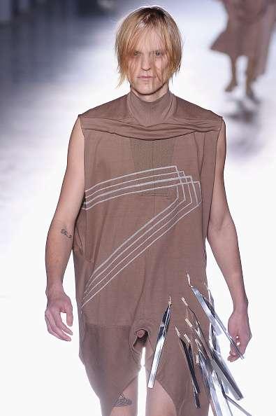 O estilista Rick Owens causou polêmica com pênis à mostra na passarela da semana de moda de Paris Foto: Francois Durand/Getty Images
