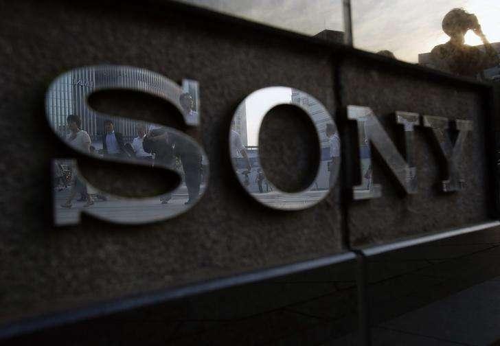 El logo de Sony en un salón de exhibición de la compañía en Tokio, jul 16 2014. Sony Corp planea recortar otros 1.000 puestos de trabajo en su división de teléfonos inteligentes, en su mayoría en Europa y China, reportó el diario de negocios Nikkei. Foto: Yuya Shino/Reuters