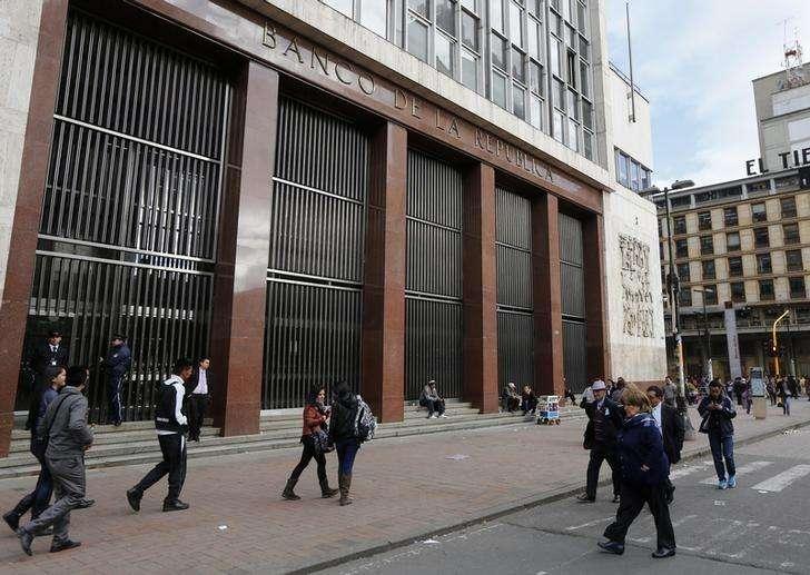 La sede del Banco Central de Colombia en Bogotá, ago 20 2014. El Banco Central de Colombia mantendría estable la tasa de interés su reunión de política monetaria del viernes, ante la incertidumbre sobre la evolución de la economía en medio de la caída del precio del petróleo, reveló el martes un sondeo de Reuters. Foto: John Vizcaino/Reuters