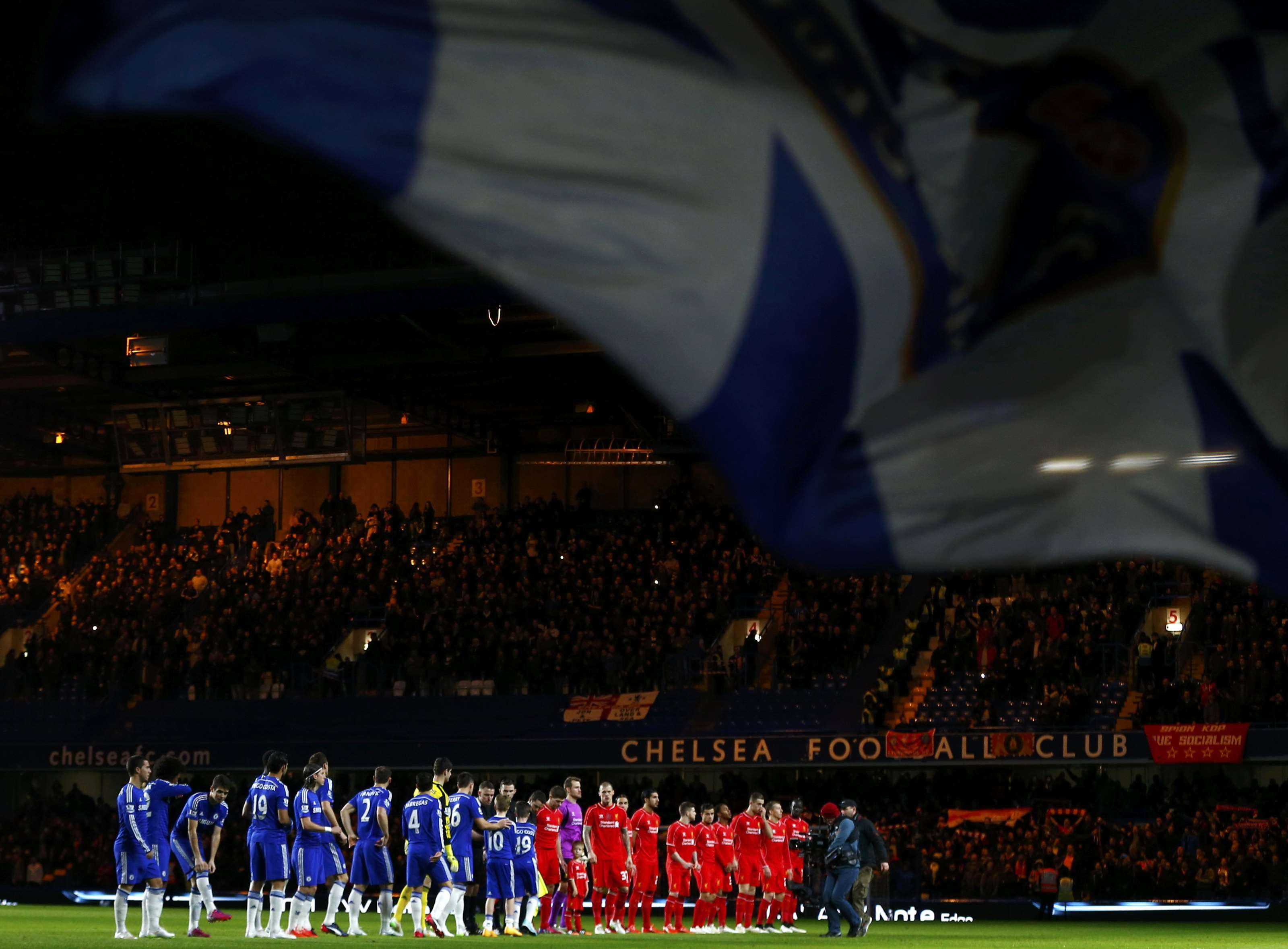 Chelsea (L) and Liverpool line up before their English League Cup semi-final second leg soccer match at Stamford Bridge in London January 27, 2015. REUTERS/Eddie Keogh (BRITAIN - Tags: SOCCER SPORT) Foto: EDDIE KEOGH/REUTERS