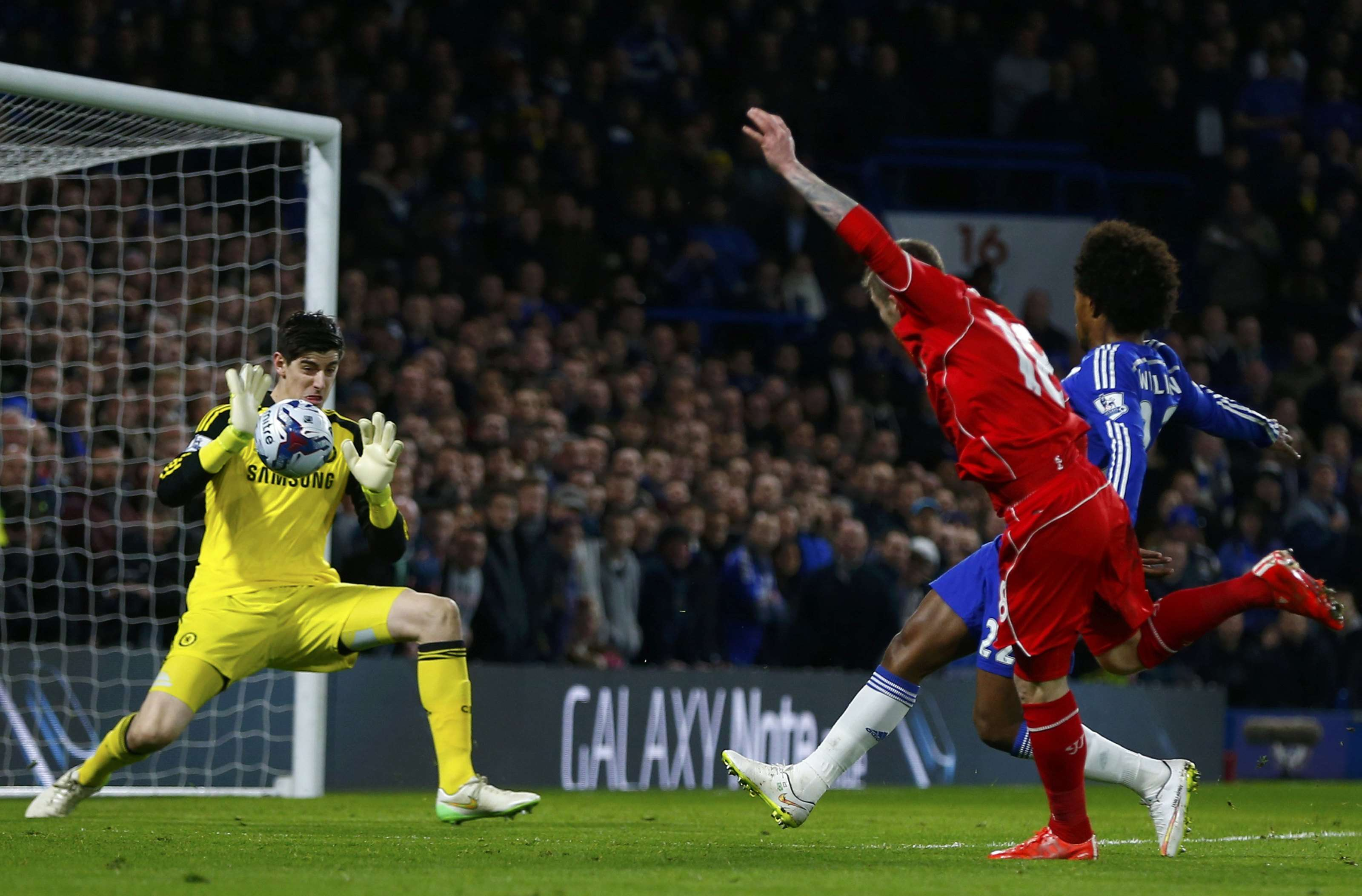 Chelsea's Thibaut Courtois (L) saves a shot from Liverpool's Alberto Moreno (C) during their English League Cup semi-final second leg soccer match at Stamford Bridge in London January 27, 2015. REUTERS/Eddie Keogh (BRITAIN - Tags: SOCCER SPORT) Foto: EDDIE KEOGH/REUTERS