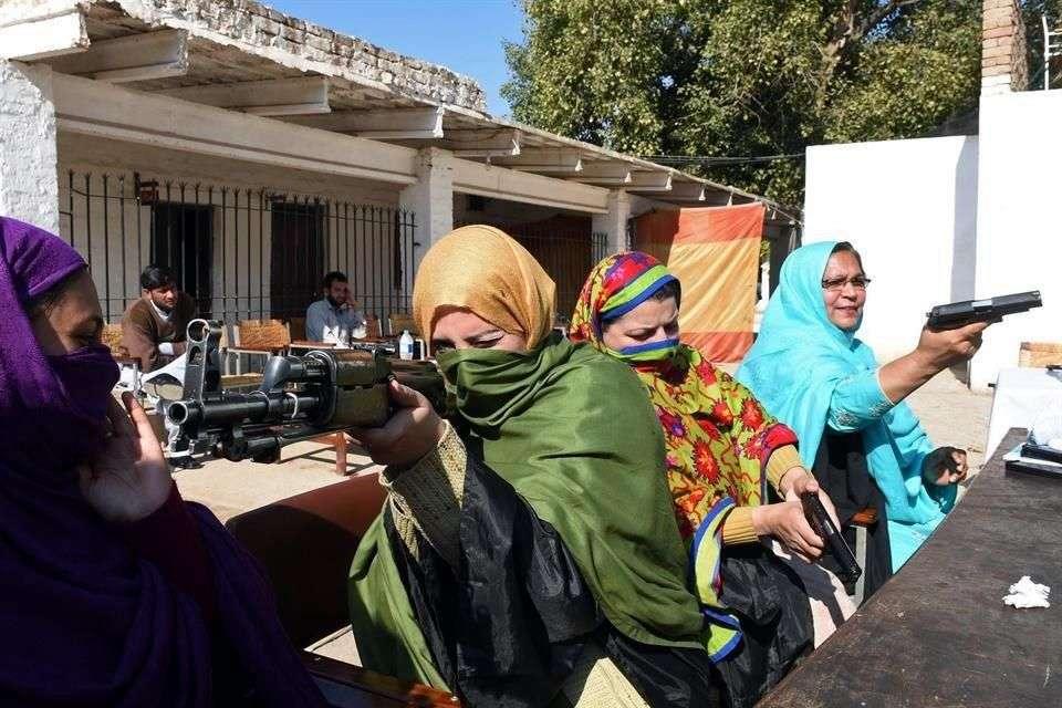 Los maestros recibieron instrucciones para usar un rifle de asalto en Peshawar, en el noroeste de Pakistán Foto: AFP en español