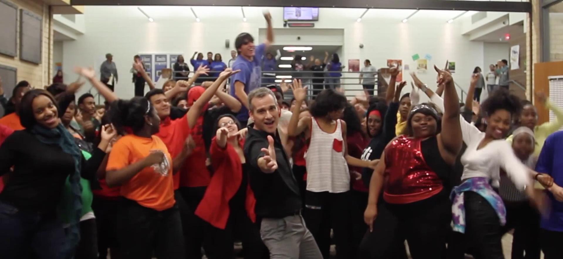 Maestro hace su propio video de 'Uptown Funk' con alumnos. Foto: Youtube/TrippyJV