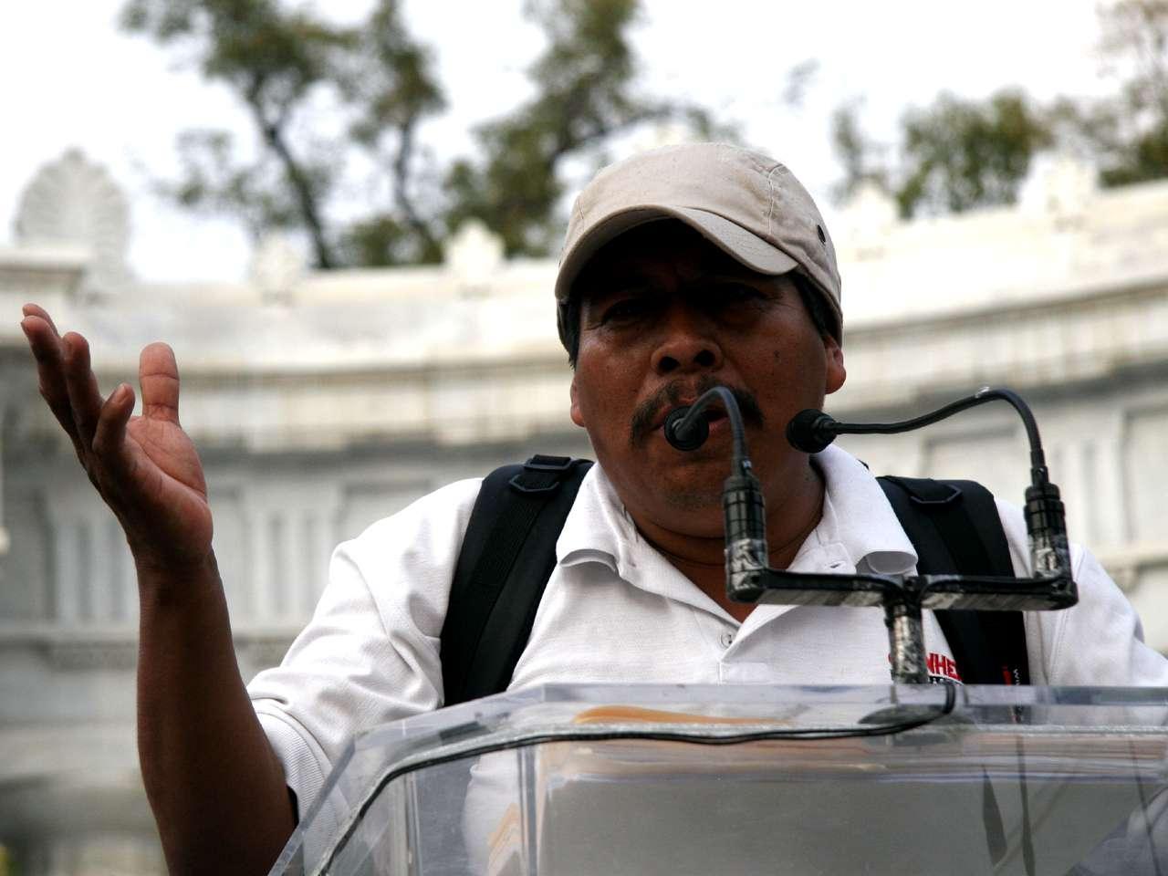 Melitón Ortega, padre de Mauricio Ortega, uno de los 43 normalistas desaparecidos desde el 26 de septiembre en Iguala, Guerrero, refutó al periodista Carlos Loret de Mola quien aseguró que dentro del movimiento se infiltraron líderes guerrilleros. Foto: Juan Manuel Solís/Terra