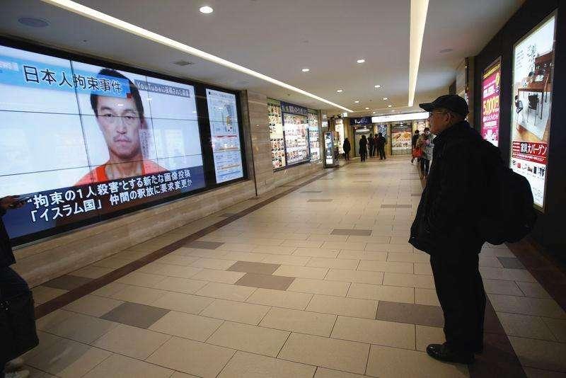 Imagem do jornalista japonês Kenji Goto exibida em telão em Tóquio. 25/01/2015 Foto: Yuya Shino/Reuters