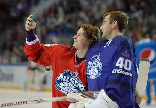 Nikita Gusev se hizo un selfi con el portero antes de sorprenderlo con su lanzamiento. Foto: Redes sociales