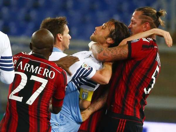 Mexes agarra del cuello a Stefano Mauri, de la Lazio de Roma Foto: Reuters en español