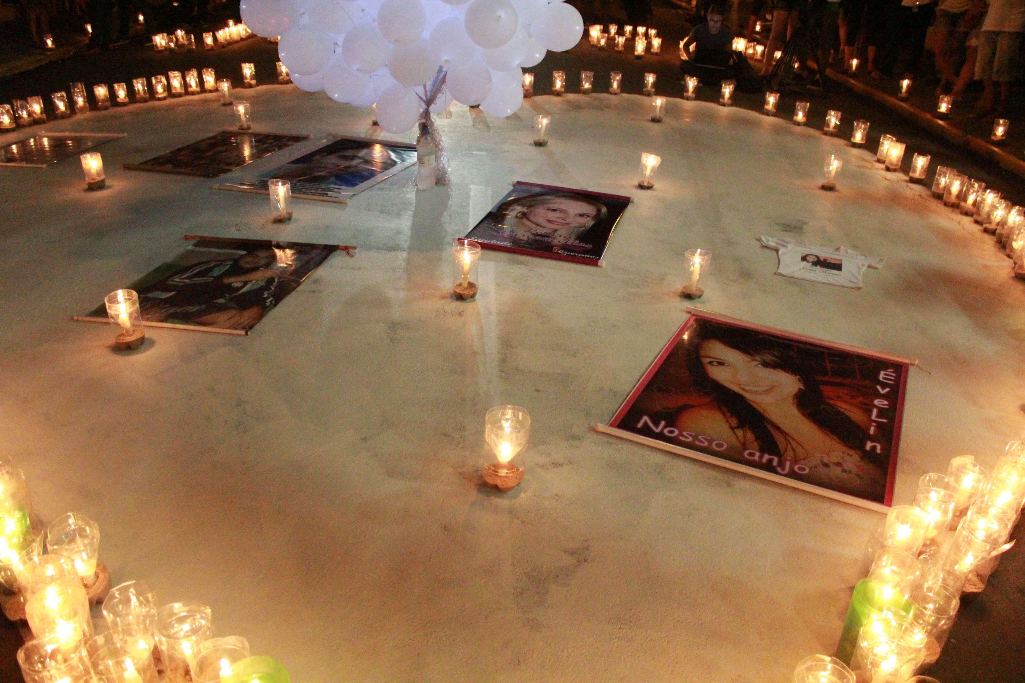 Amigos e familiares das vítimas prestaram homenagem na madrugada desta terça Foto: Wagner Machado/Terra