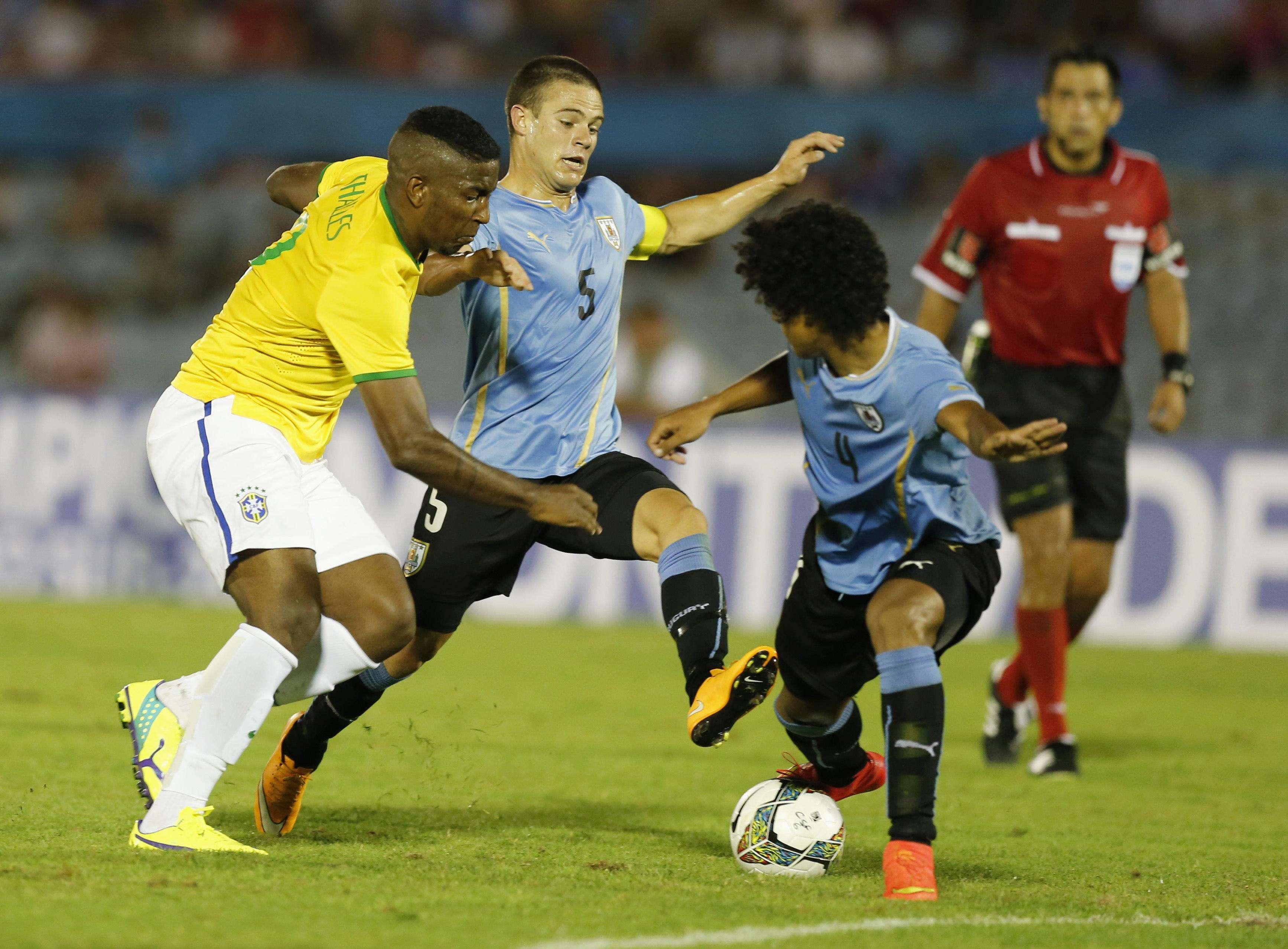 Thalles tenta superar a forte marcação do Uruguai no Sul-Americano Sub-20 Foto:  Andres Stapff/Reuters