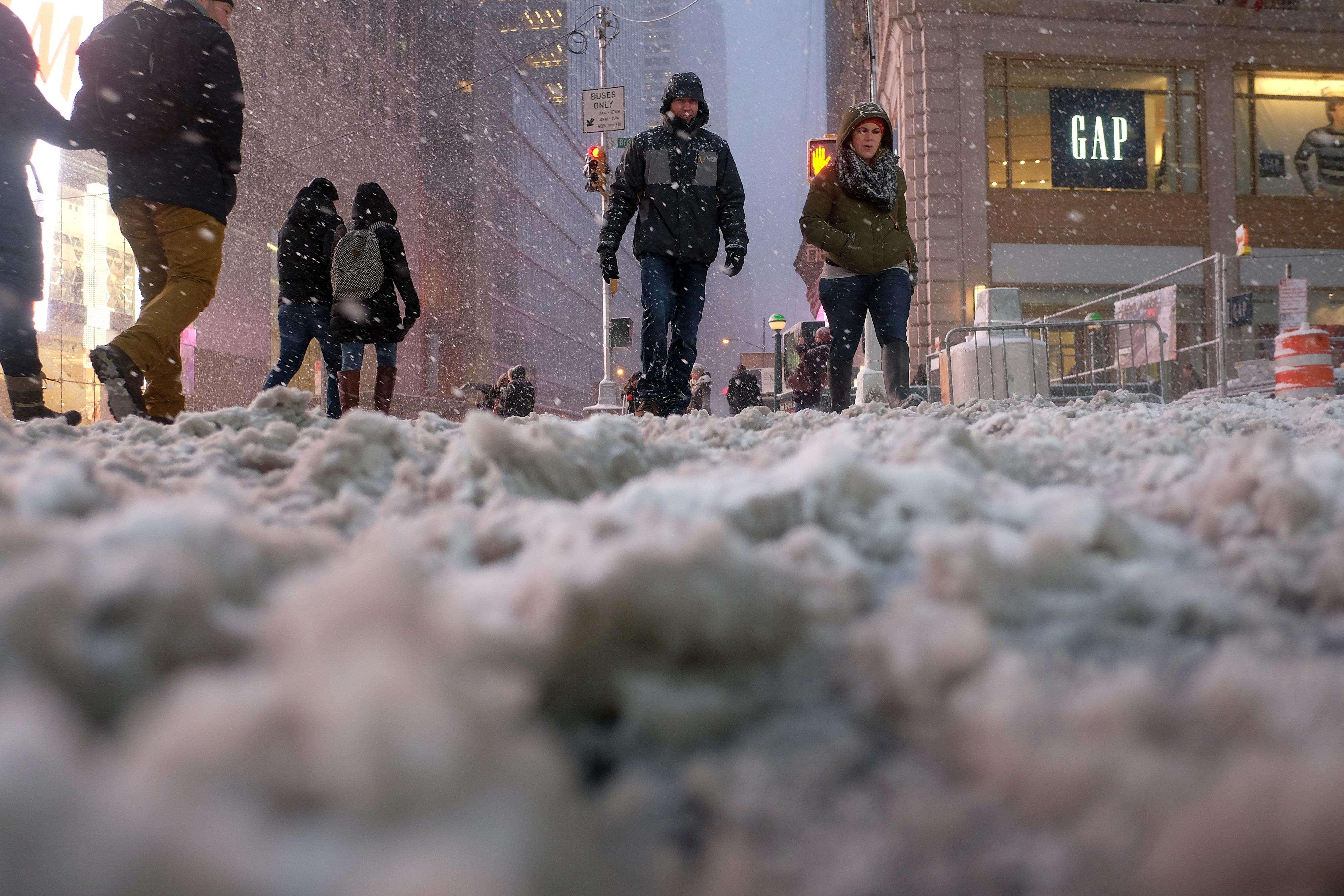 El gobernador Andrew Cuomo declaró estado de emergencia en varios condados, incluyendo los que abarcan Manhattan y varias zonas de Long Island. Foto: AFP en español