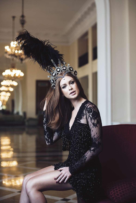 Rainha do Baile do Copa, Marina posa com coroa inspirada em Elizabeth Taylor Foto: Divulgação