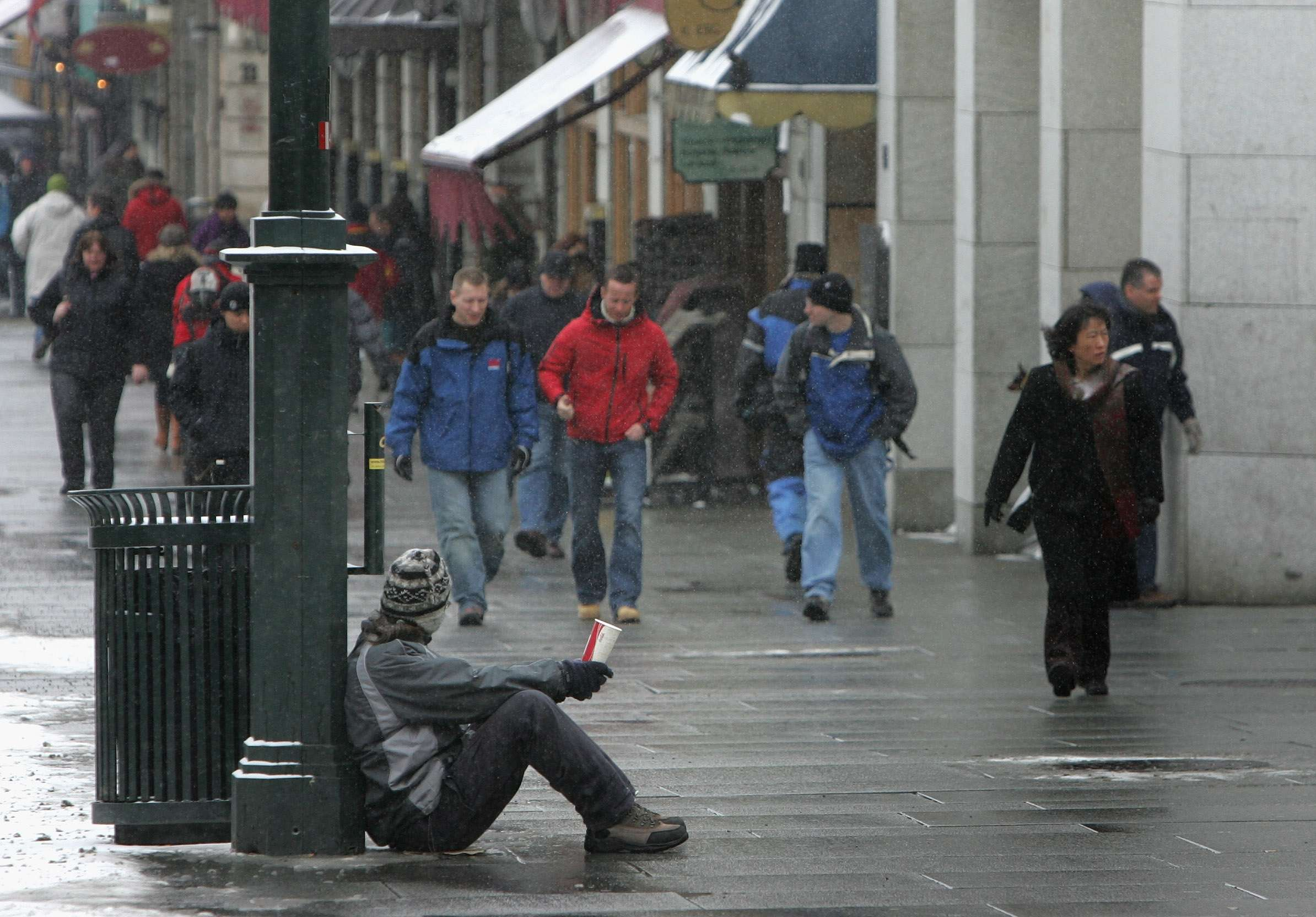 Una persona sin hogar pide en una calle de Oslo, en Noruega Foto: Getty