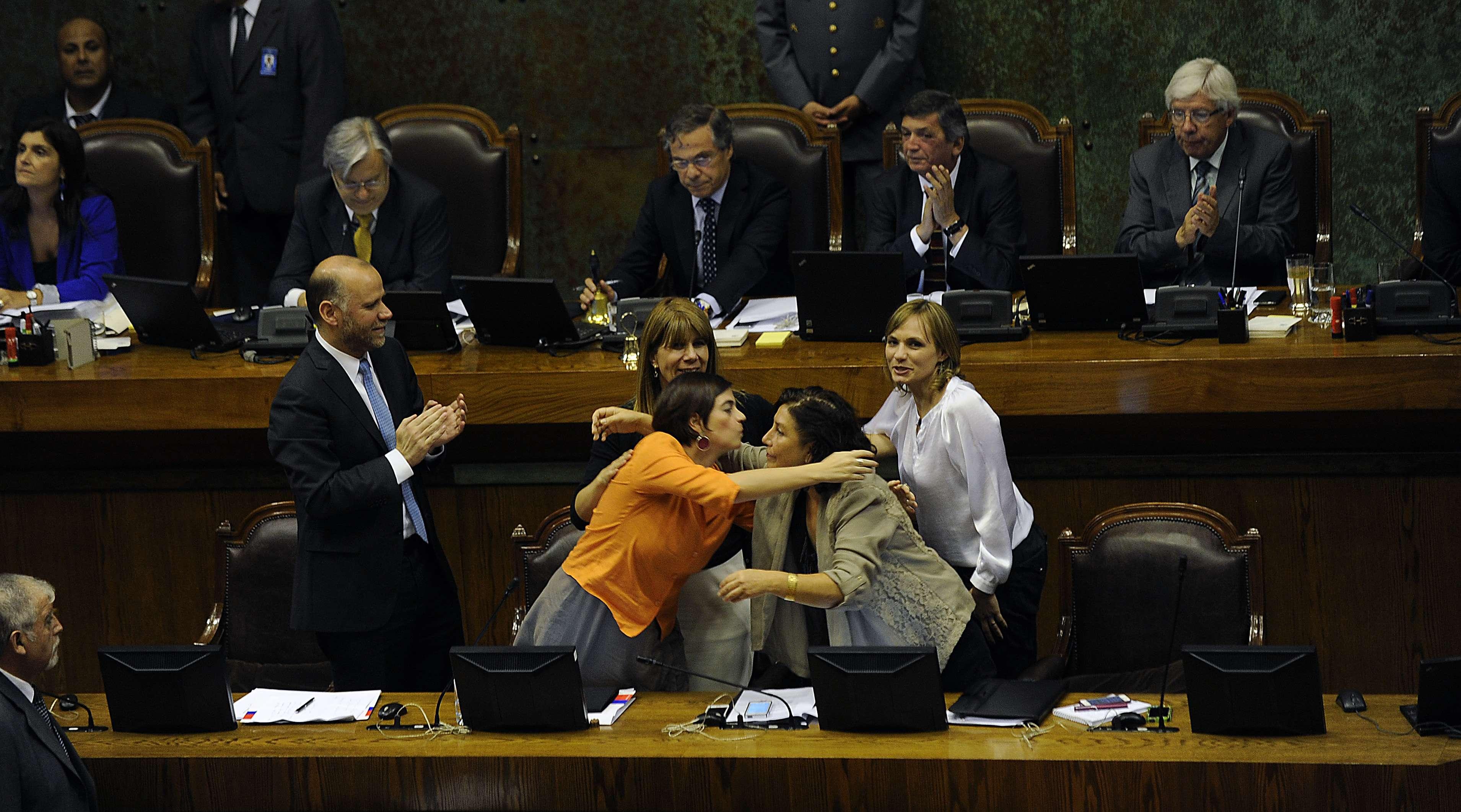 Los Ministros Alvaro Elizalde Gobierno, Ximena Rinco Presidencia Claudia Pascual Mujer y la senadora Carolina Goic ,en la aprobación del proyecto de ley que crea el Ministerio de la Mujer, el 28 de enero de 2015. Foto: Agencia UNO