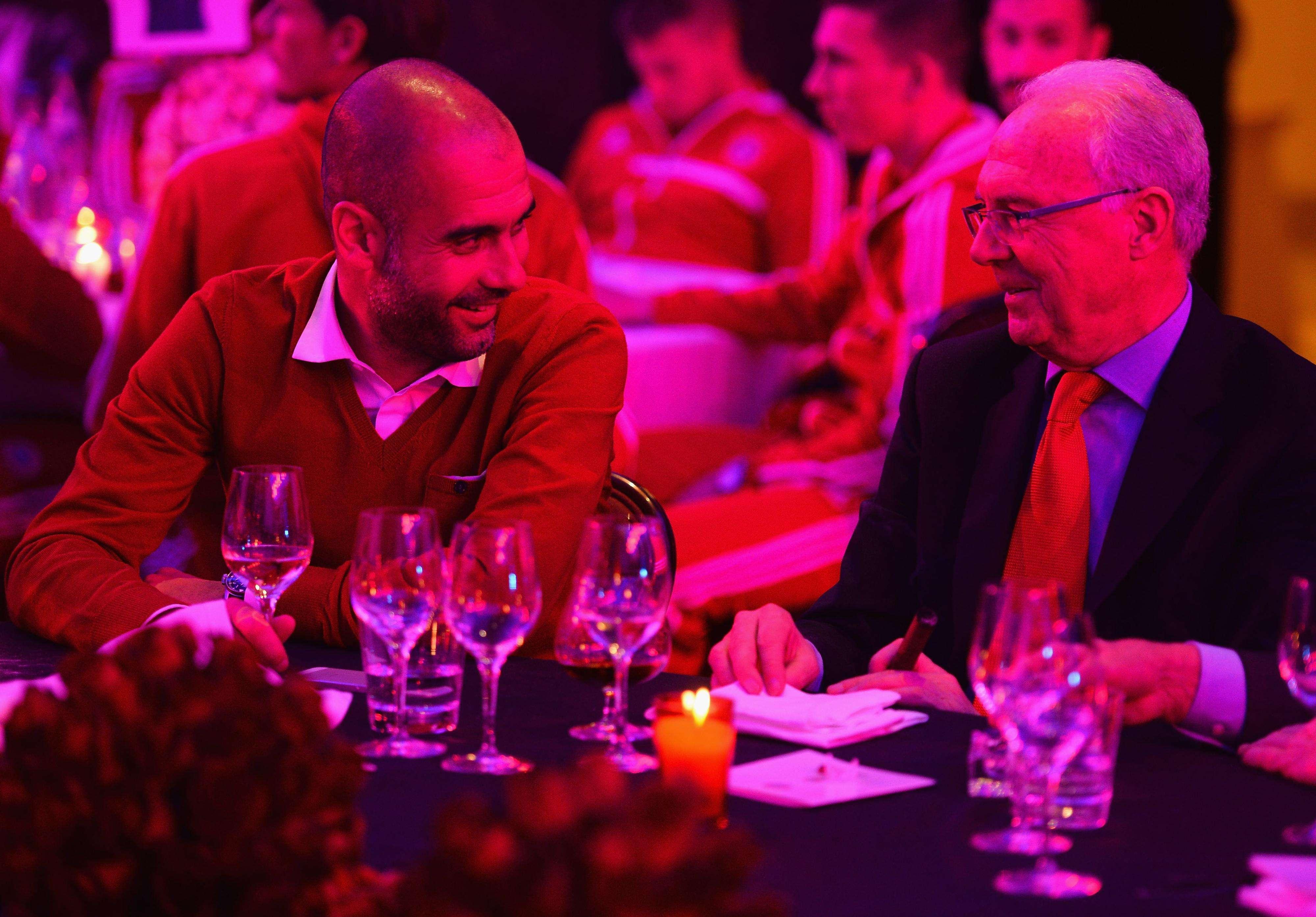 Beckenbauer y Guardiola charlando en un acto. Foto: Getty Images