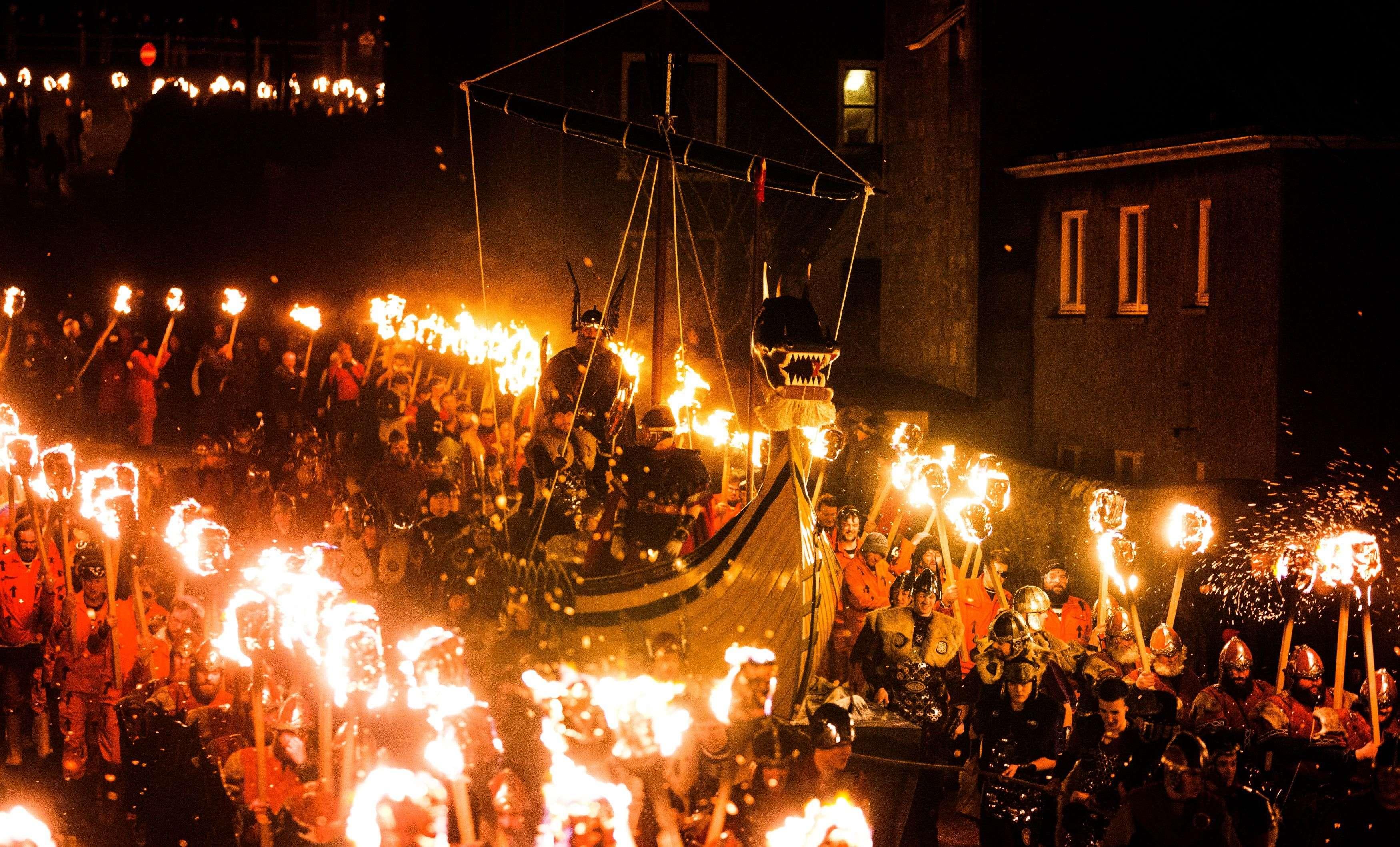 El festival vikingo 'Helly Aa' de Shetland, Escocia, se celebró este martes con cientos de participantes caracterizados como aquellos legendarios guerreros nórdicos y culminó con la quema de una réplica de un barco vikingo. Foto: AP en español