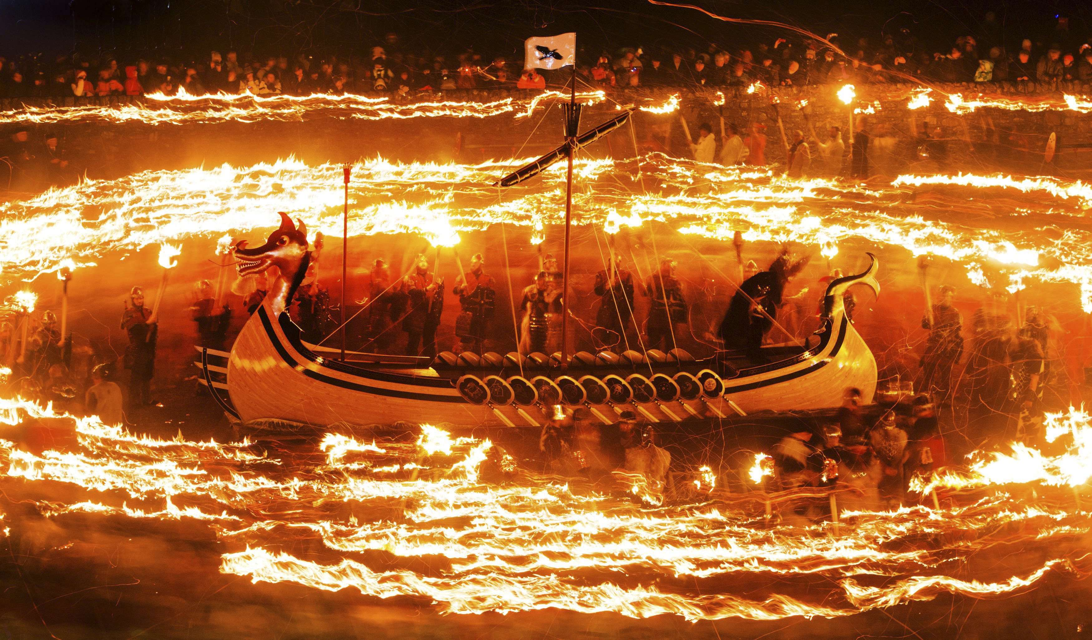 El festival del fuego en Lerwick terminó con la quema de una réplica de un barco vikingo. Foto: AP en español